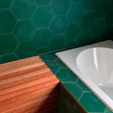 Carreaux de ciment dans une salle de bain moderne à Londres