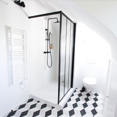 Carreaux de ciment dans une salle de bain moderne