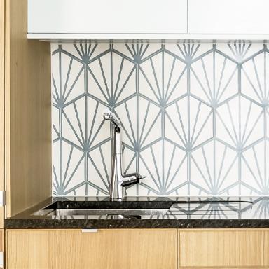 Hexagonale Zementfliesen in einer Küchenwand