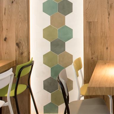 Patchwork de carreaux de ciment hexagonaux dans un restaurant à Milan