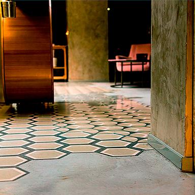 Conception de carreaux de ciment hexagonaux dans un café luxueux à Madrid