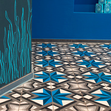 Blaue marokkanische Zementfliesen in einem Restaurant in ULM
