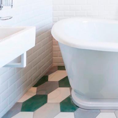Carreaux de ciment hexagonaux sur un sol de salle de bain à Sandton