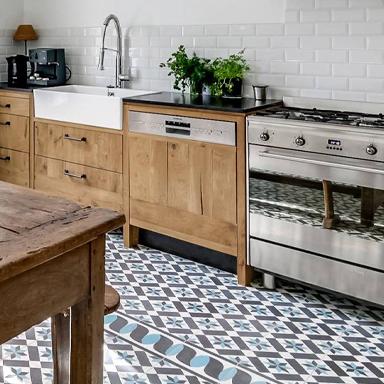 Klassiche Zementfliesen in rustikale Küche in Paris