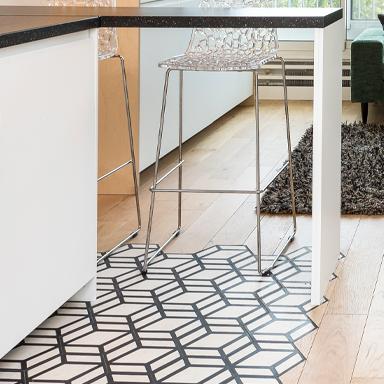 Sechseckige Zementfliesen in einer modernen Küche in Paris