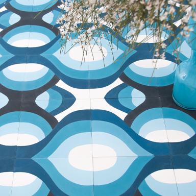 Moderne blaue Zementfliesen mit einer Blumenwase