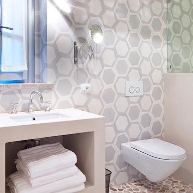 carreaux de ciment hexagonaux dans une salle de bain moderne à Roma