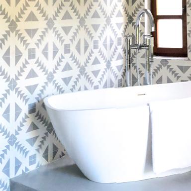 Marokkanische Zementfliesen in modernen Badezimmer