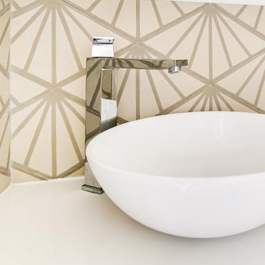 Waschbecken mit modernen Zementfliesen in Marbella