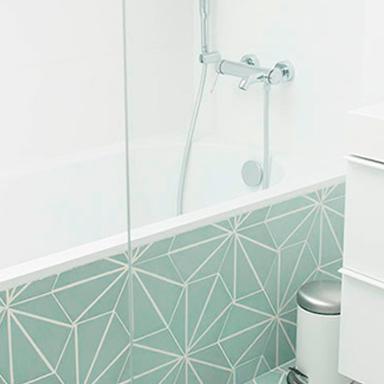 Carreaux de ciment hexagonaux dans une salle de bain moderne